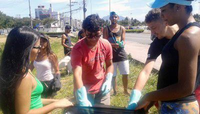 Calouros de Vitória fazem limpeza em manguezal