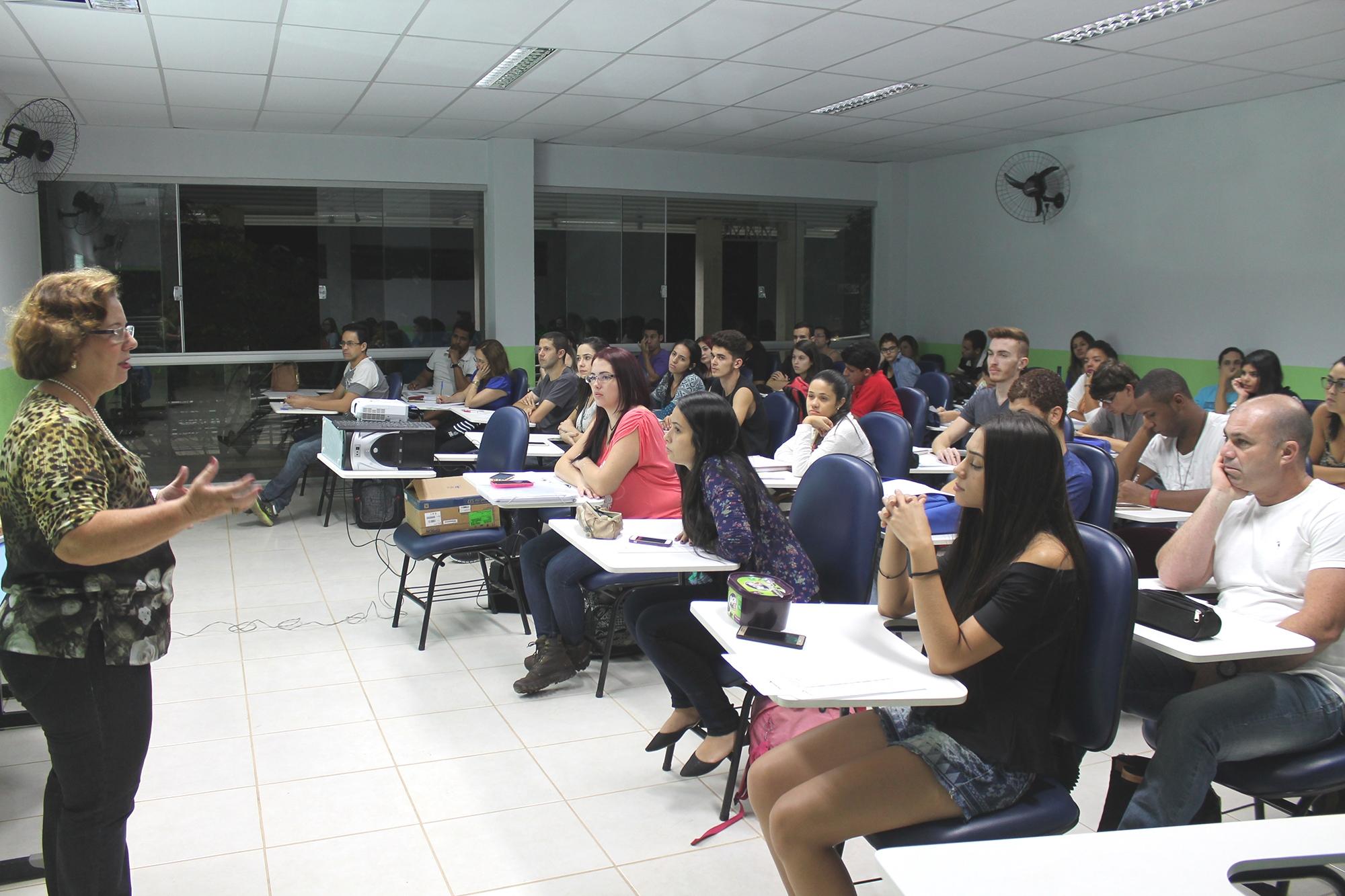 Presidente do Conselho de Arquitetura e Urbanismo de Minas Gerais palestra para alunos em Juiz de Fora