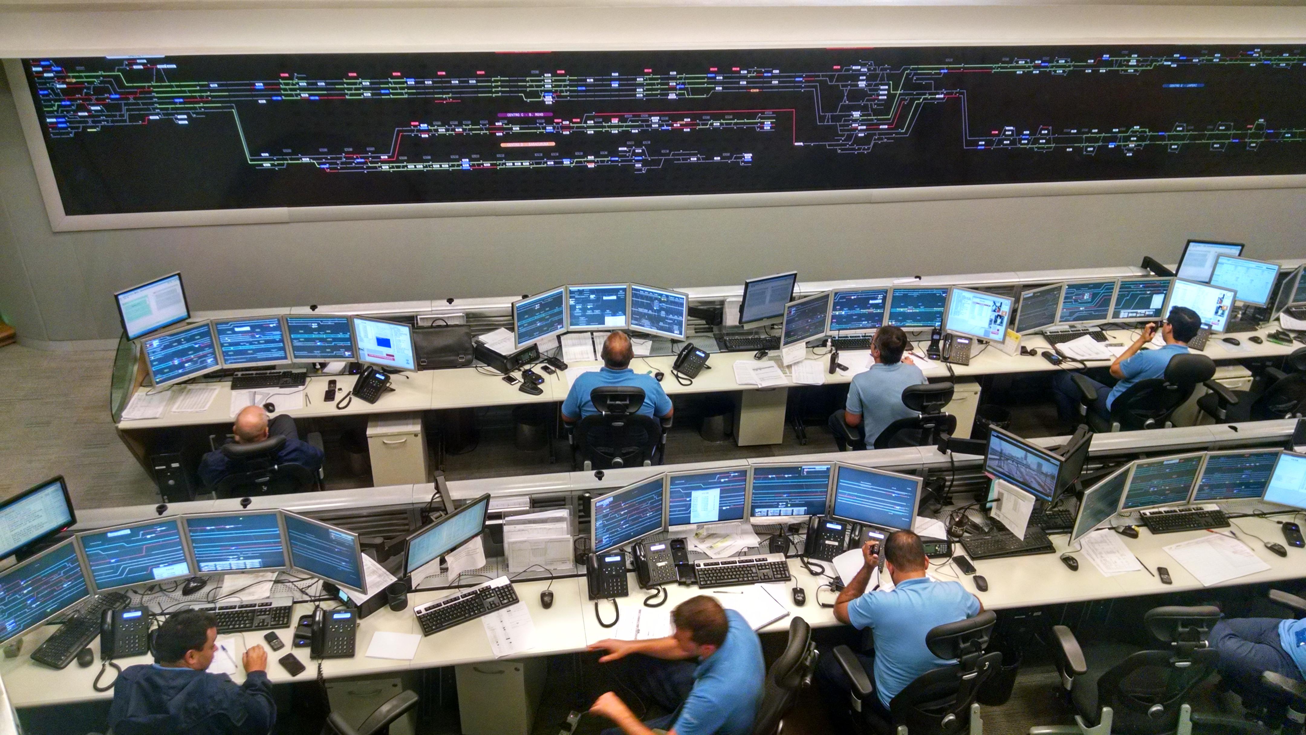 Alunos de Engenharia visitam concessionária que administra trens urbanos no Rio de Janeiro