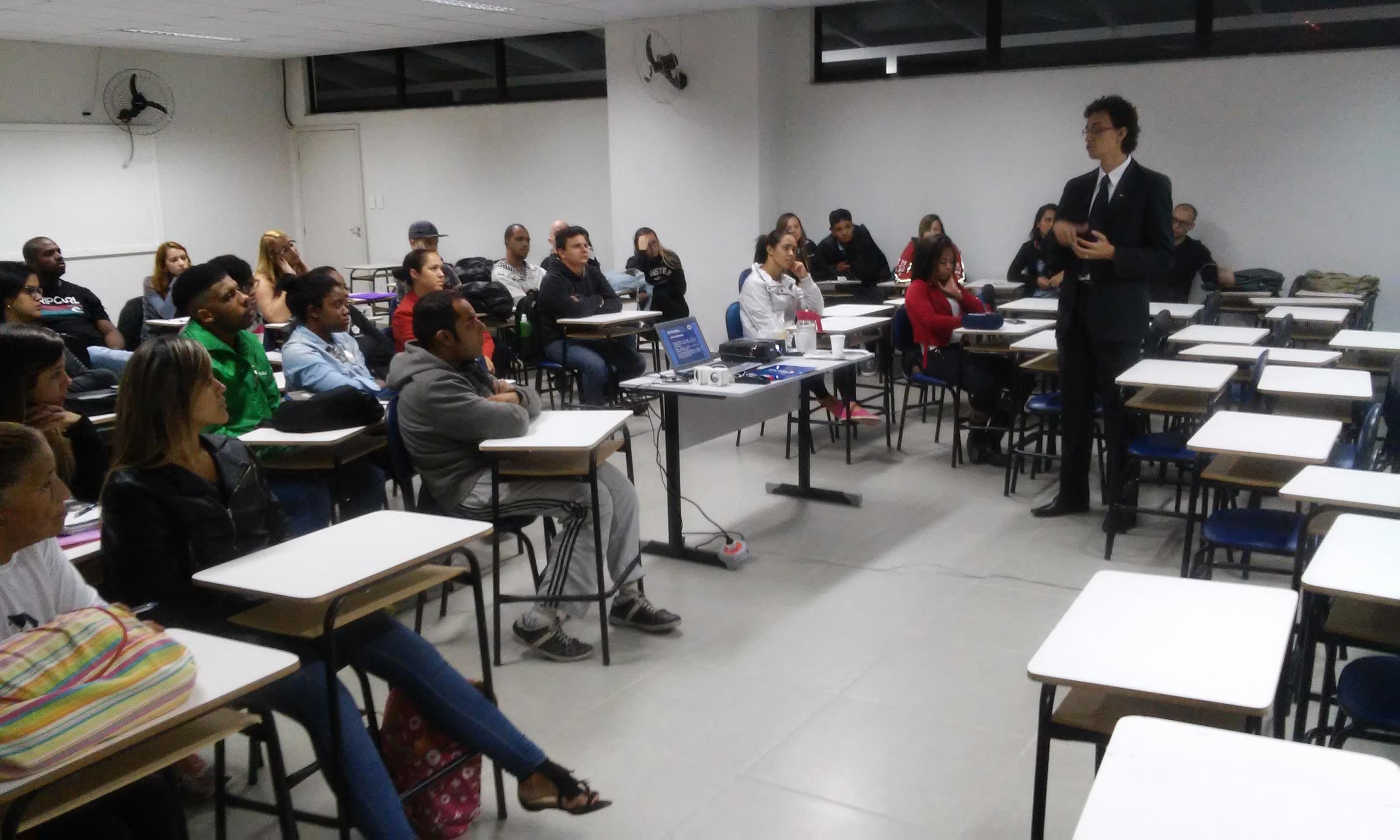Representante do Conselho Regional de Administração de Minas Gerais palestra para alunos de Juiz de Fora