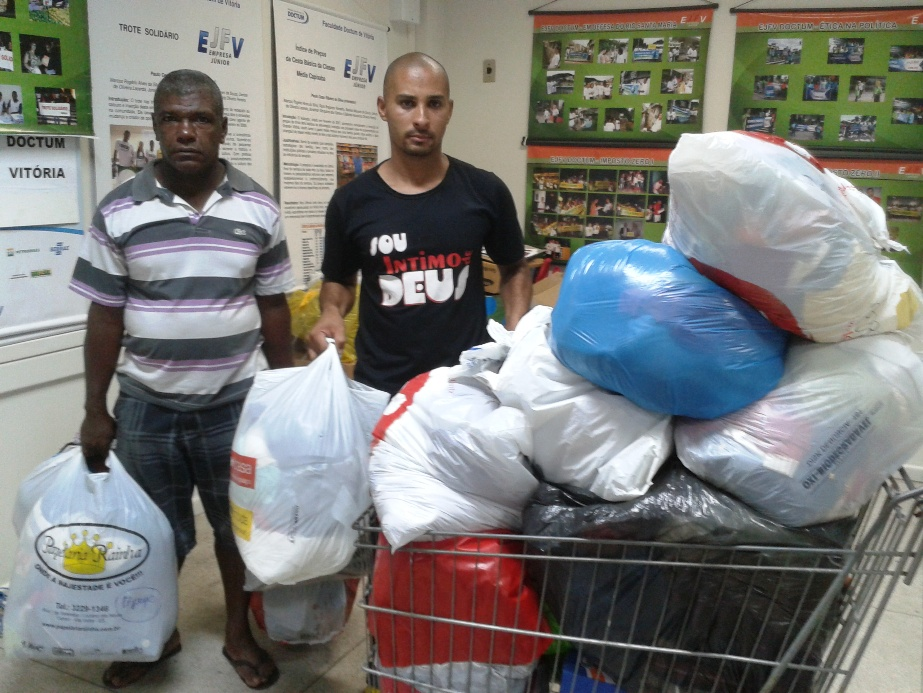 """Projeto de extensão """"Resgatando Vidas"""" recebe doações de alunos na Doctum Vitória"""