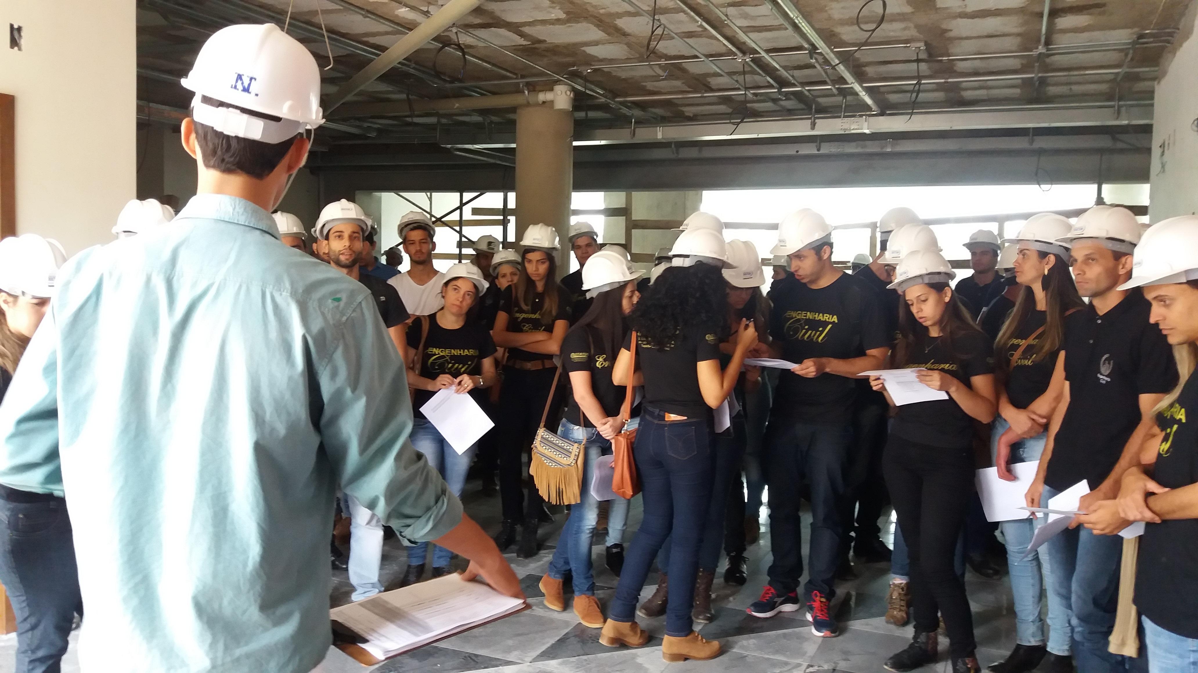 Alunos de Engenharia Civil da Fic visitam obras do Fórum