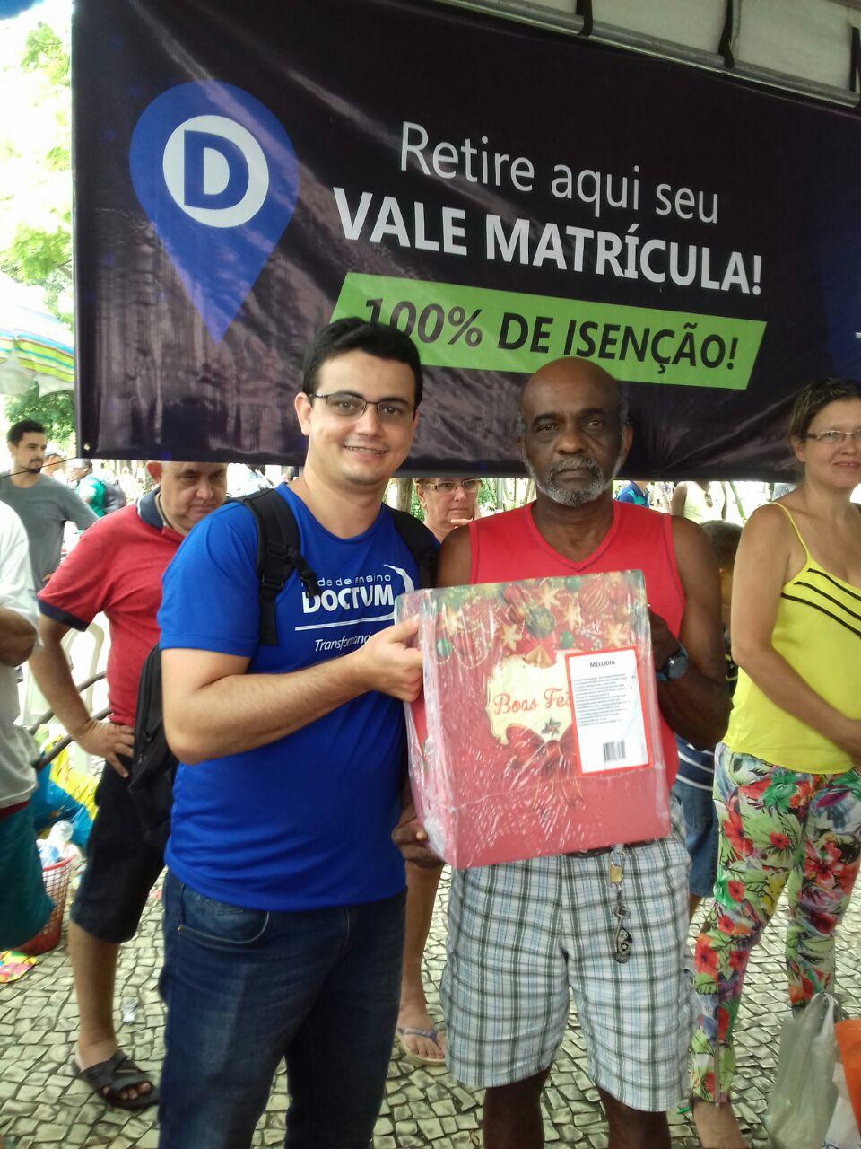"""1ª edição do """"Natal Solidário"""" da Doctum movimenta o centro de Cataguases"""