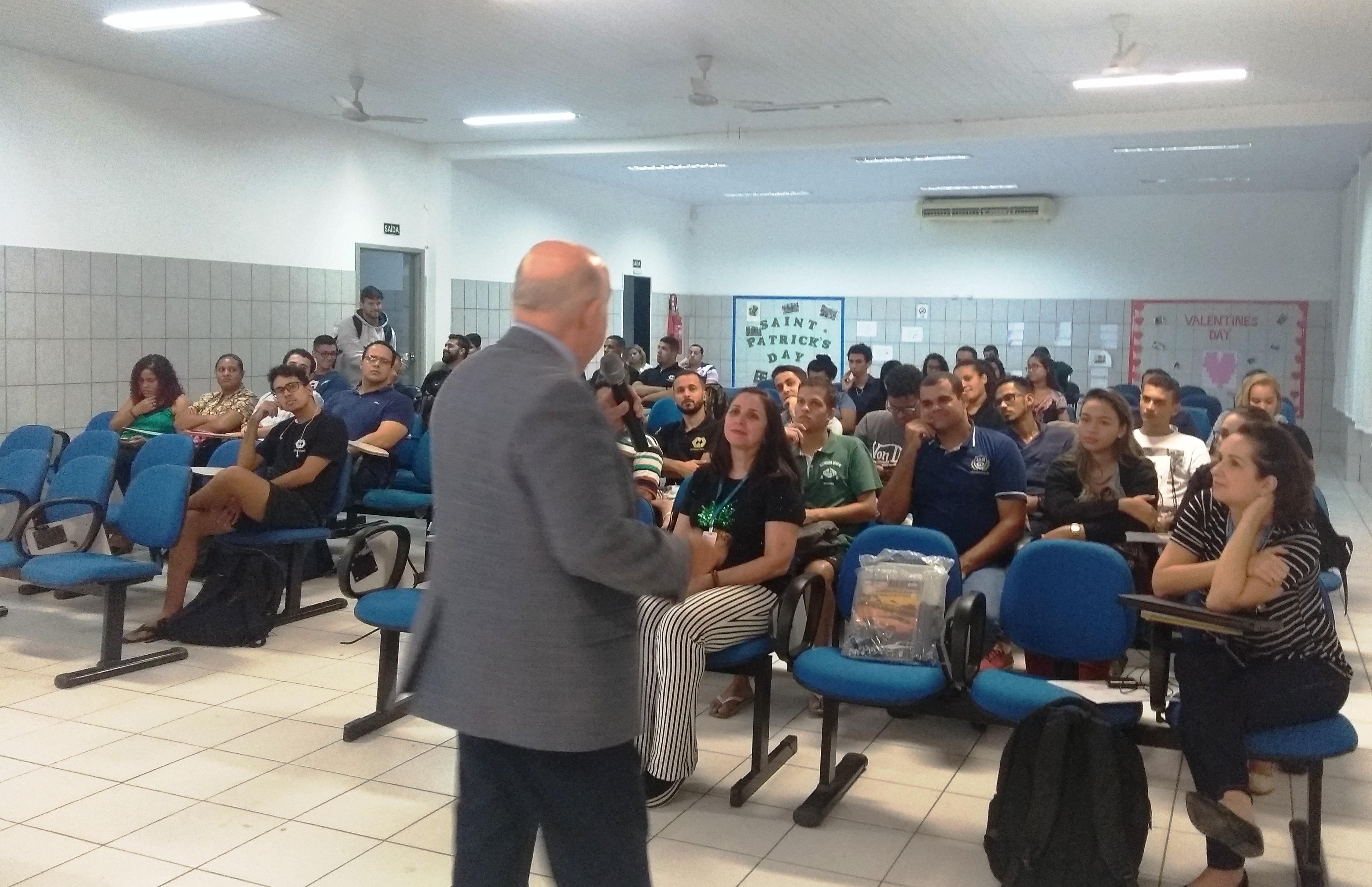 Alunos da unidade Vila Velha recebem representante do CRA para discutir a profissão