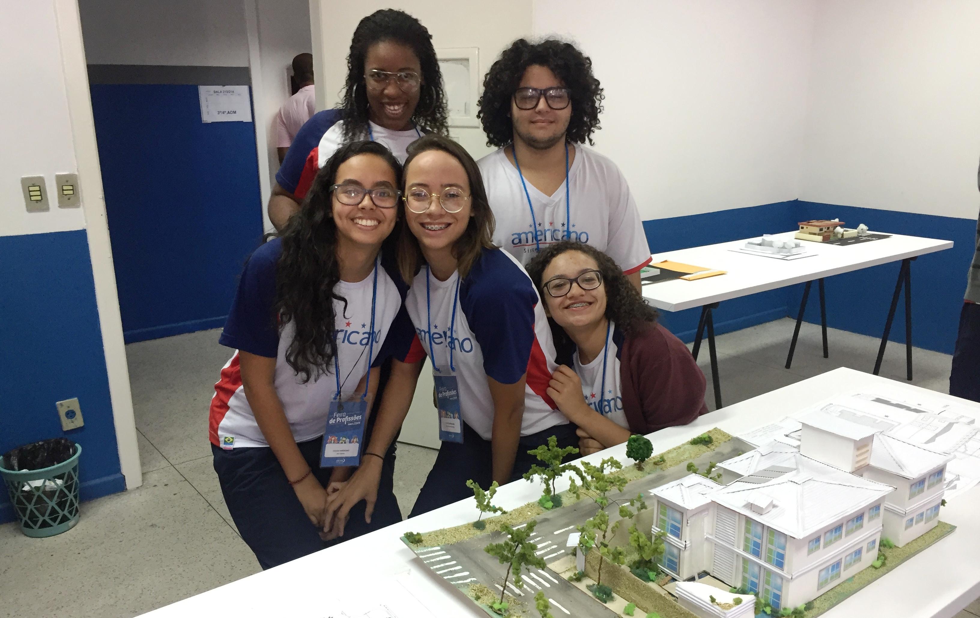 Mais de 800 alunos visitam a Feira de Profissões e o Ateliê Científico de Vitória