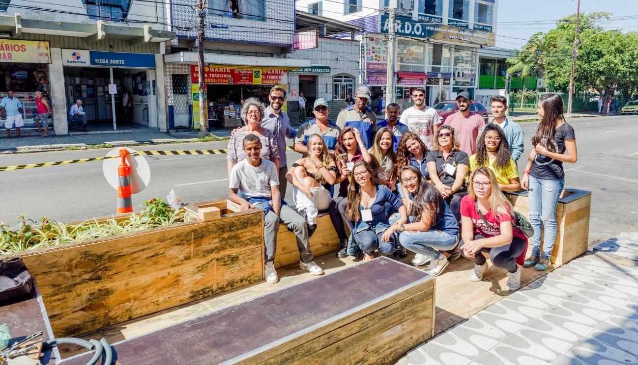 Alunos de Arquitetura constroem Parklet e instalam na Avenida Rui Barbosa, em Juiz de Fora