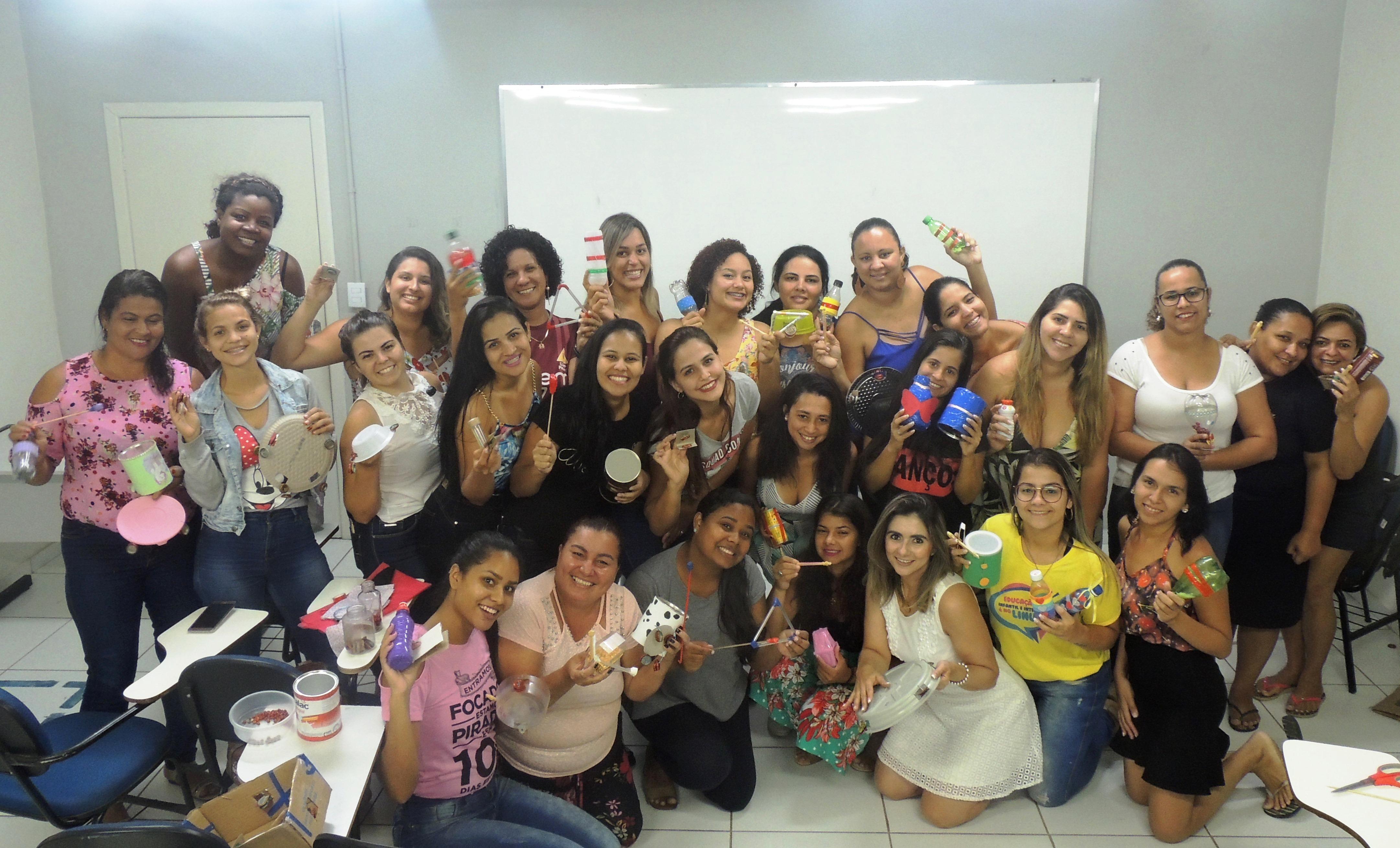 Oficina de instrumentos musicais resulta em performance da Pedagogia de Serra