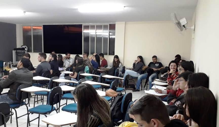 Turma de Administração de Iúna participa de palestra do Sebrae