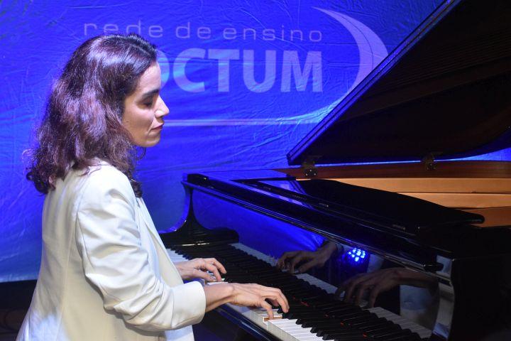 Juiz de Fora recebe pianista internacional Simone Leitão para palestra sobre a história da música