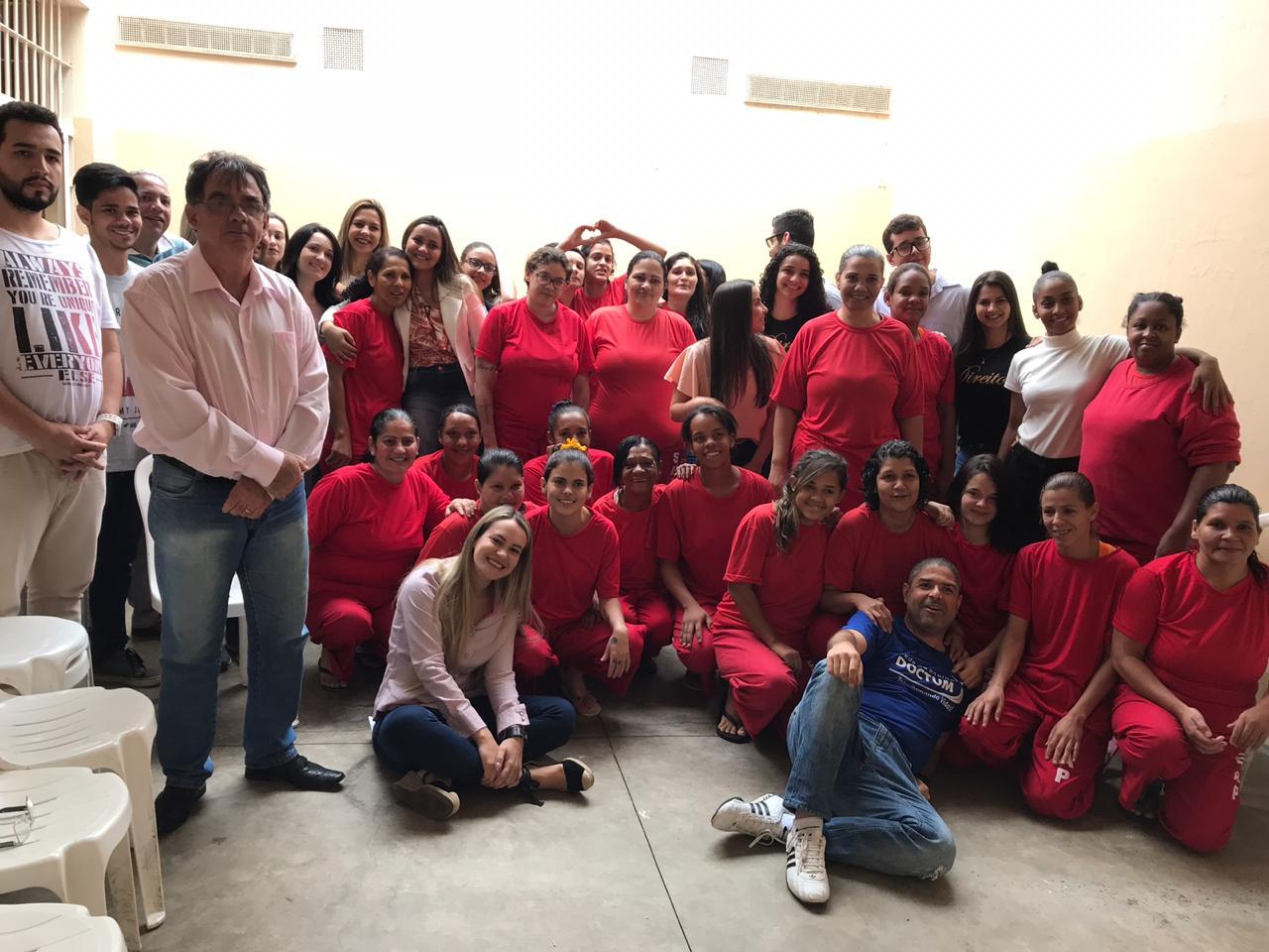 Gincana solidária do curso de Direito da Doctum entrega doações no presídio de Caratinga