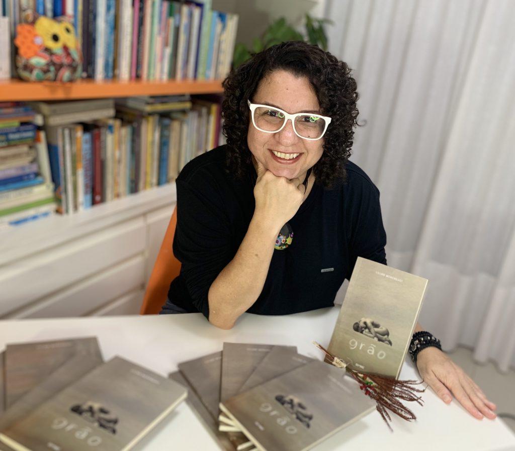 Professora da Doctum lança livro de poesias no dia nacional do escritor